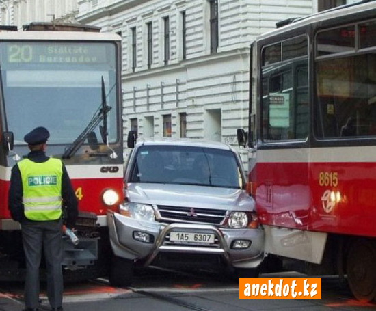 Женщина за рулем или как застрять между двумя трамваями